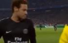 Neymar phản ứng thế nào khi bị CĐV ném tiền vào mặt