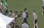 Rasford bị Mkhitaryan xỏ háng nhẹ nhàng trên sân tập