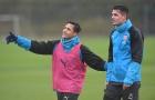 Gạt bỏ tin đồn, Sanchez 'quấn riết' Xhaka trên sân tập