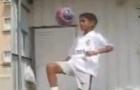 Kỹ năng chơi bóng đỉnh cao của Ronaldinho khi... 10 tuổi