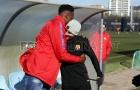 Vừa tới Barca, 'tân binh lạ hoắc' đã ôm chầm lấy Messi thân thiết