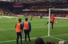 Sanchez vuốt bóng làm fan mê mệt trong lúc khởi động