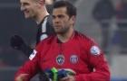 Dani Alves bắt thủ môn cho PSG