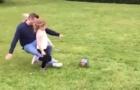 Ông bố lao vào tắc bóng không thương tiếc với con gái
