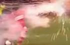 Những lần các cầu thủ bị ném pháo sáng vào sân