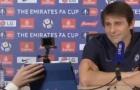 Cận cảnh Conte 'lạnh lùng' nhận món quà từ Mourinho