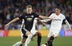 Scott McTominay trong vòng vây của cầu thủ Sevilla