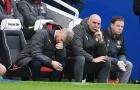 Wenger ôm mặt đau khổ trước lối đá vô hồn của Arsenal