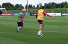 Messi nhẹ nhàng 'làm nhục' Suarez trên sân tập