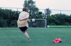 Chàng béo tái hiện pha sút phạt thương hiệu của CR7