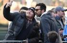 Vừa rời khách sạn, Buffon đã bị fan 'bắt cóc'