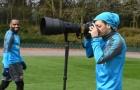 Ozil tập làm phó nháy trên sân tập của Arsenal