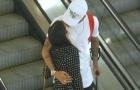'Bệnh binh' Neymar được bạn gái chăm sóc tận tình ở chốn công cộng