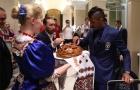 Sao Brazil thích thú khi được đãi ăn ngay tại sân bay