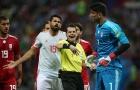 Diego Costa nổi đóa với trọng tài khi Iran câu giờ ngay trong hiệp một