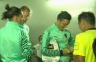 Trọng tài xin chữ ký của Oezil lên thẻ vàng