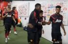 Fred 'đứng hình' khi được ôm đến 4 lần tại Man Utd