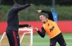 Mâu thuẫn nào? Pogba, Martial cười đùa hớn hở với Mourinho trên sân tập Man Utd