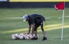 Hùng hục nhặt bóng giúp học trò, Maradona giờ đã khác