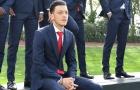 Ozil khiến fan nữ 'rụng tim' khi diện đồ vest chụp kỉ yếu