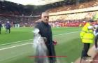 Mourinho có hành động không đẹp trước trận Newcastle