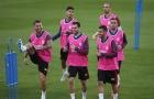Ramos và dàn cầu thủ Tây Ban Nha diện áo hồng nam tính trên sân tập