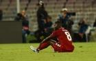 Tân binh được cõng ra sân, lực lượng Liverpool 'tan nát'