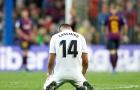 Casemiro quỳ gối bất lực trước thảm bại tại Camp Nou