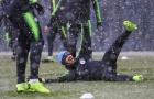 Cầu thủ khắp châu Âu 'chống chọi' với tuyết lạnh ra sao?