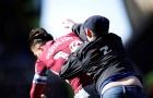 CỰC SỐC: Sao người Anh bị CĐV lao vào sân đấm knock-out thẳng mặt