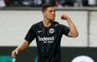 Hành động của sao Frankfurt khiến CĐV Barca mừng thầm