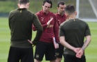 Dàn sao Arsenal, người nhăn nhó, người cúi mặt khi nghe Emery giáo huấn