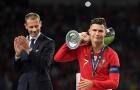 Biểu cảm khó đỡ của Ronaldo khi nâng cúp bạc