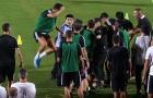 Fan cuồng đột nhập, Ronaldo có hành động lạ với nhân viên bảo vệ