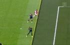 Khoảng cách giữa Zouma và Promes sít sao thế nào ở bàn thắng bị từ chối?