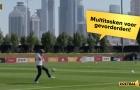 Van der Sar 49 tuổi vừa nghe điện thoại vừa tâng bóng điệu nghệ
