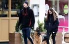 Giữa đại dịch, sao Man Utd vẫn tung tăng dắt chó đi dạo
