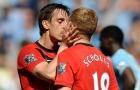 Gary Neville hôn Paul Scholes và những lần các sao bóng đá nam 'khóa môi' nhau