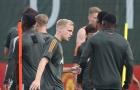 2 cái tên trở lại, Van de Beek tìm thấy 'cạ cứng' trên sân tập Man Utd