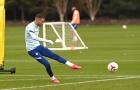 Cech đội mũ tái xuất bay lượn, Chelsea tập bắn phá, hành quân đấu M.U