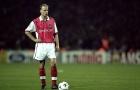 Quả phạt đền hỏng ăn của Bergkamp mở ra cú ăn ba lịch sử của MU