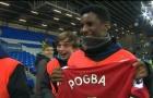 Pogba lột áo tặng fan nhí nhân ngày Man Utd thắng nhàn