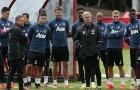 Mourinho tranh cãi và lấy chiếc xẻng của thợ xây