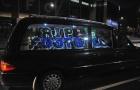 CĐV Leicester lái xe tang diễu hành quanh sân