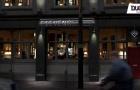 Bale tập kinh doanh với quán bar ở quê nhà