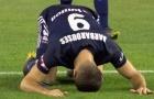 Tiền đạo New Zealand quỳ lạy ăn mừng để tưởng nhớ nạn nhân xấu số