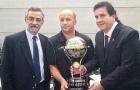 Nhà vô địch năm 2015 trao cúp cho Chapecoense