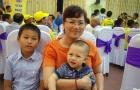 HLV Hữu Thắng nhận quà sinh nhật từ vợ con ở quê nhà