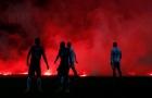 CĐV trút mưa pháo sáng vì đội nhà không được dự World Cup