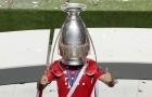 Úp cúp lên đầu, bệnh binh Bayern 'tạo trend' ăn mừng mới